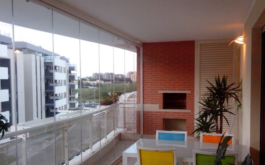Vetrate scorrevoli tutto vetro per chiudere pergole o balconi